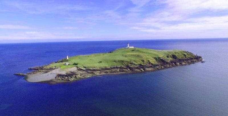 Illustration for article titled Por menos de 400 mil euros puedes comprar esta preciosa isla de Escocia donde se cometió un terrible asesinato