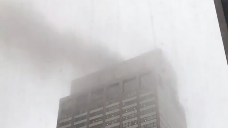 Illustration for article titled One Dead After Helicopter Crashes Into Midtown Manhattan Building: Reports