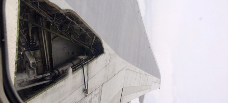 Illustration for article titled Huge part of a Delta airliner's wing breaks off at takeoff