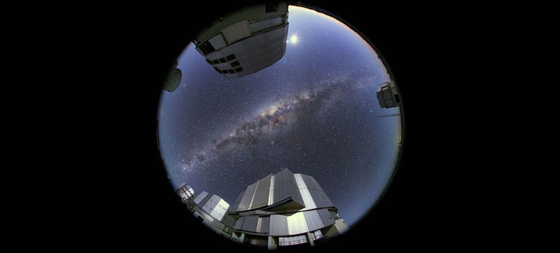 Illustration for article titled A Stunning Picture of the Very Large Telescope (Oh, and the Milky Way)