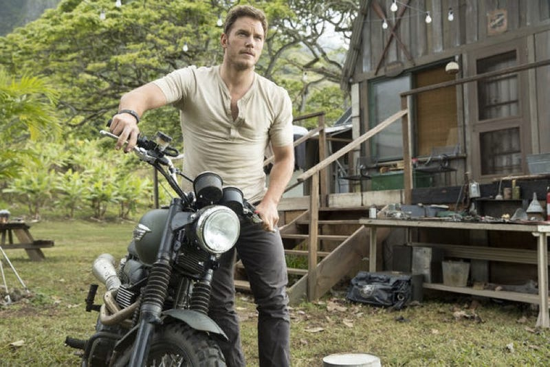 Illustration for article titled Chris Pratt Looks Absurdly Good On The Set Of Jurassic World
