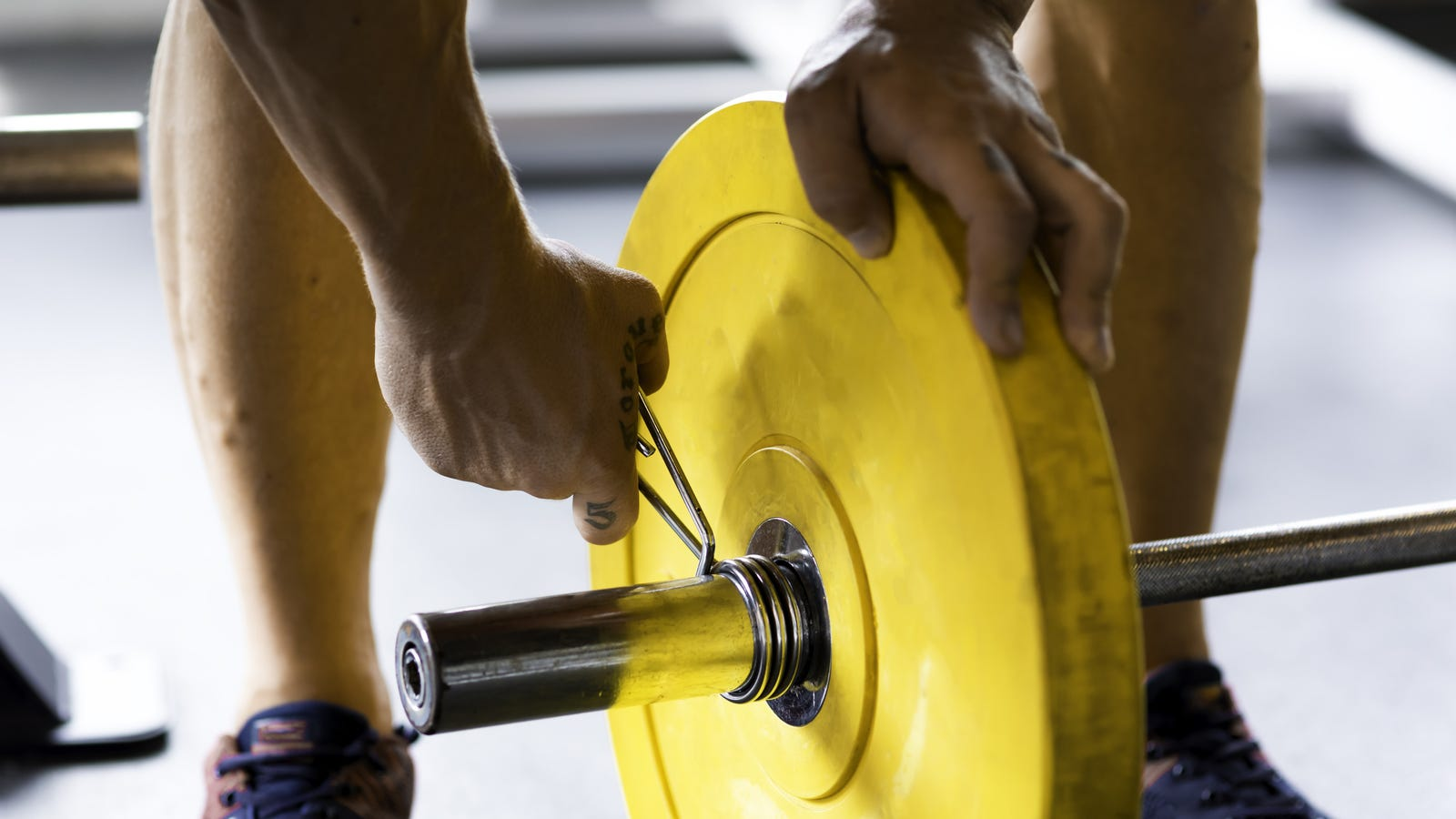 How to Add Up the Weights When You're Lifting With a Barbell