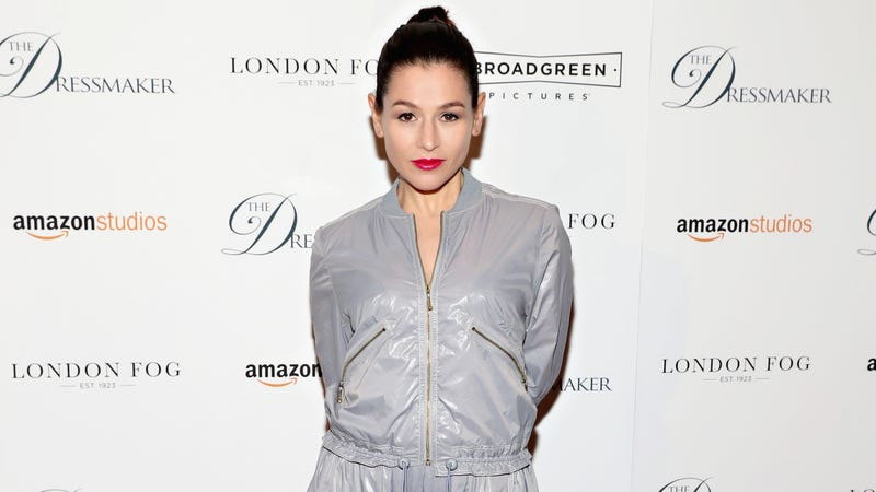 Illustration for article titled 'Orange Is the New Black' Star Yael Stone Says Geoffrey Rush Once Used a Mirror to Watch Her Shower