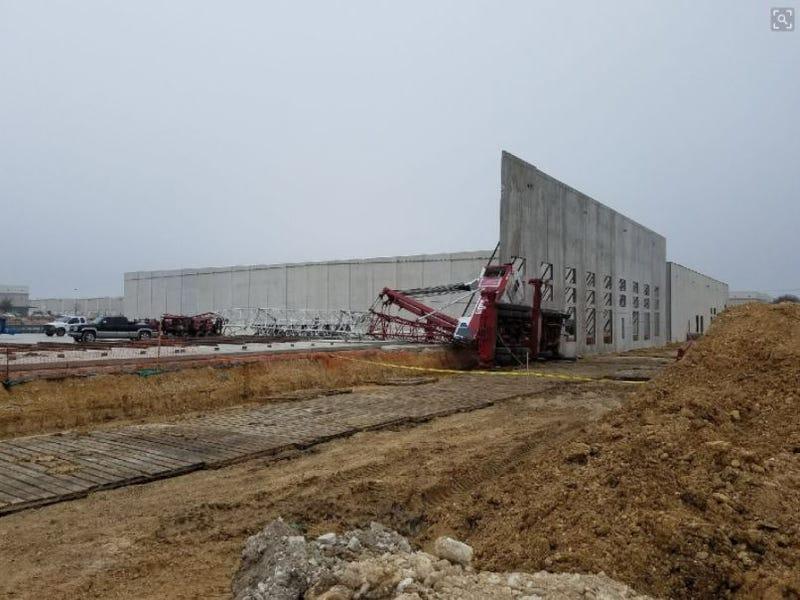 Illustration for article titled Falling construction crane captured on video