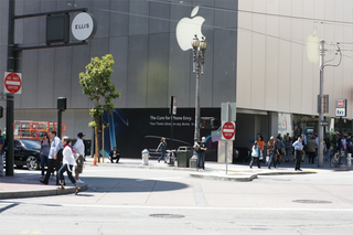 Illustration for article titled Downtown SF Apple Store Gets PWNed, Unintentionally Advertises Competitor's Product