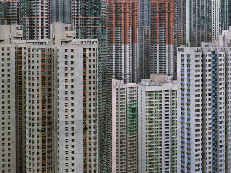 Illustration for article titled These Surreal Photos of Hong Kong's Aging Towers Aren't Doctored