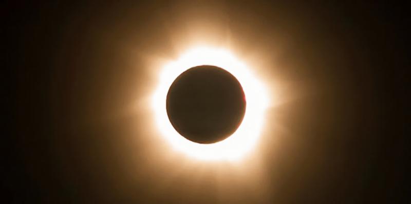 Illustration for article titled Ya sabemos qué les sucede a tus ojos si miras directamente un eclipse solar (gracias a una mujer que sufrió las consecuencias)