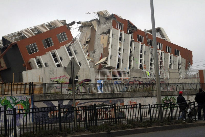 One of many buildings cracked wide open by the 2010 Maule earthquake in Chile. Image: Wikimedia