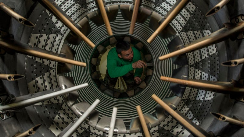 Illustration for article titled How Would You Feel Inside the Engine of a Fighter Jet?