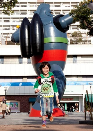 Illustration for article titled The Tetsujin 28-go Statue Is GIGANTIC