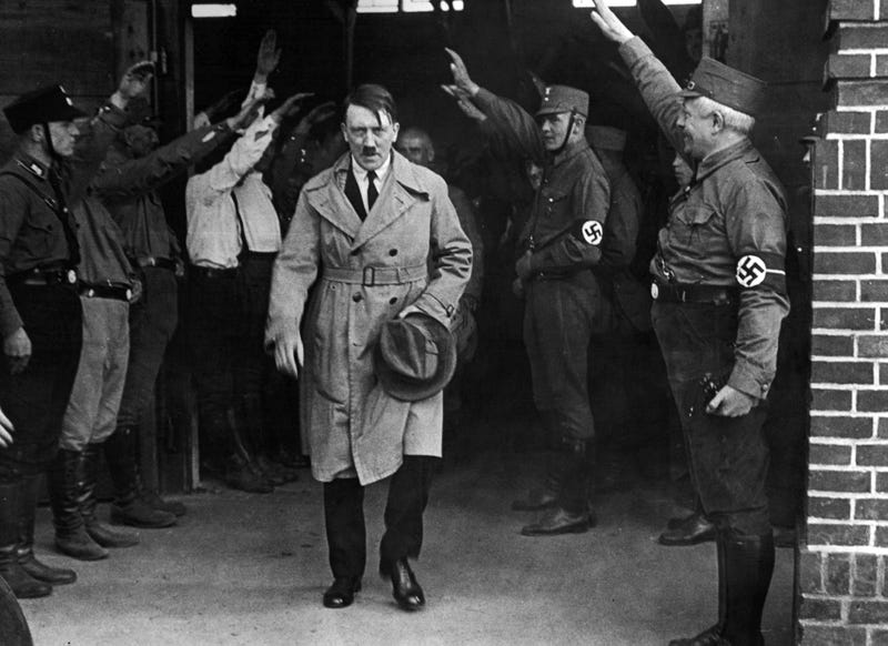 Illustration for article titled Hitler no está en la Luna ni huyó a Argentina: el primer estudio de sus restos confirma que murió en el búnker en 1945