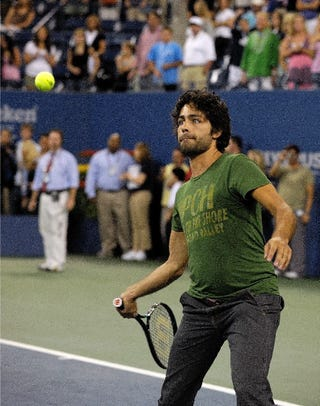 Illustration for article titled Adrian Grenier Is No Roger Federer