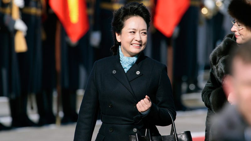 Illustration for article titled China's First Lady Wears a Black Trench Coat, Everyone Goes Nuts for Black Trench Coats