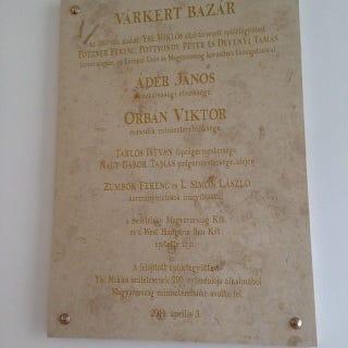 Illustration for article titled Na, kinek a neve a legnagyobb a Várkert Bazár emléktábláján?