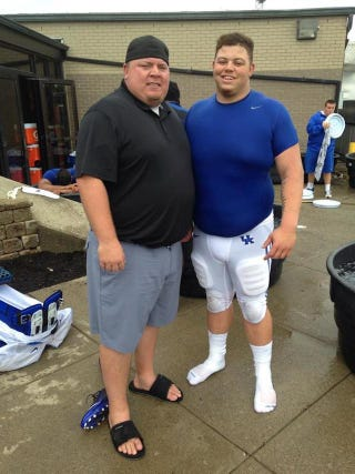 Illustration for article titled Enormous Jared Lorenzen Poses With Enormous Kentucky Lineman
