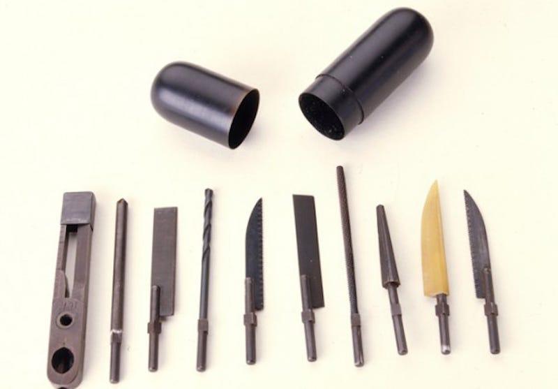 Illustration for article titled En qué consistía este estupendo kit de herramientas rectales de la CIA durante la Guerra Fría