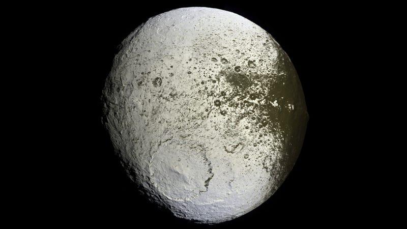 """Meet Iapetus, Saturn's mysterious """"yin-yang"""" moonIapetus Titan"""