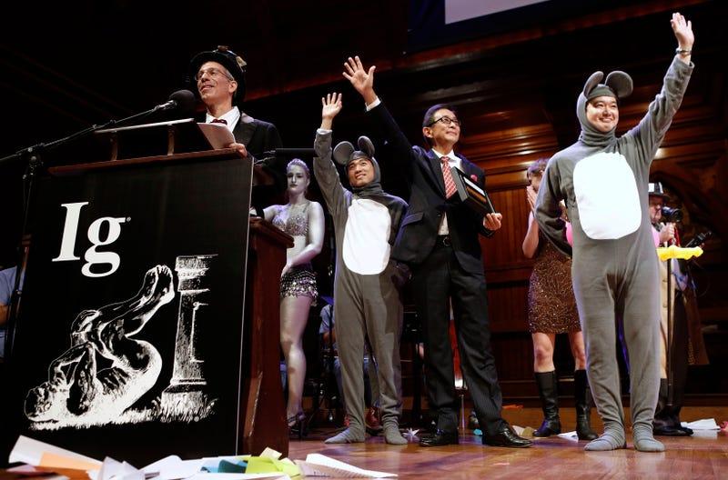 Una ceremonia anterior de los Ig Nobel. A la izquierda, el maestro de ceremonias y fundador, Marc Abrahams. Imagen: AP