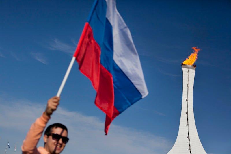 Un hombre sostiene la bandera rusa en Sochi en 2014. Imagen: AP