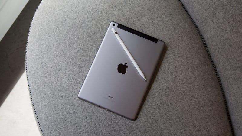 iPad de 128GB | $420 | Walmart | Incluye tarjeta regalo de $25 cuando añades ambos al carritoFoto: Amazon