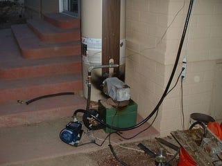 Illustration for article titled Waste Oil Home Heater Uses Junkyard Ingenuity