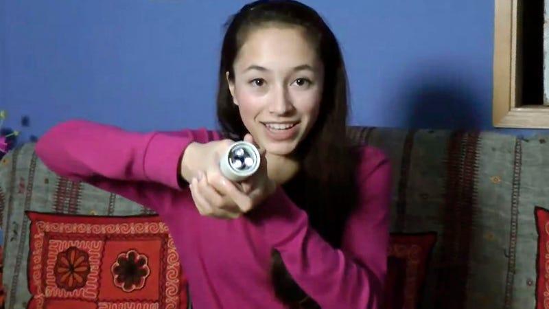 Una adolescente inventa una ingeniosa linterna sin pilas