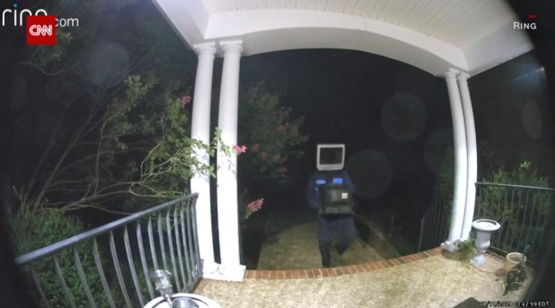 Graban a un individuo con un televisor en la cabeza dejando decenas de televisores viejos a la puerta de casas