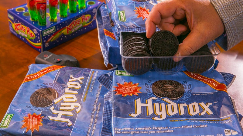 Illustration for article titled COOKIE WAR? Oreo Accused of Grocery Villainy By Competitor Hydrox