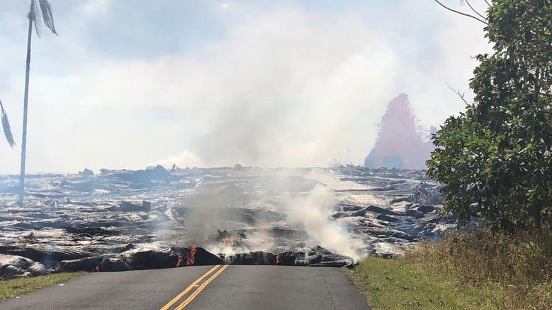 En esta foto tomada el domingo 27 de mayo, la lava se mueve hacia el oeste desde la Fisura 7 en Leilani Avenue