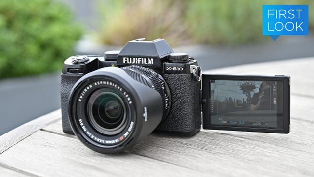 The Fujifilm X-S10 Is a Fun, Beginner-Friendly Take on One of the Best Mirrorless Cameras