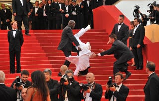 Illustration for article titled PSA: This Is Not Jason DeRulo Falling Down the Stairs at the Met Gala