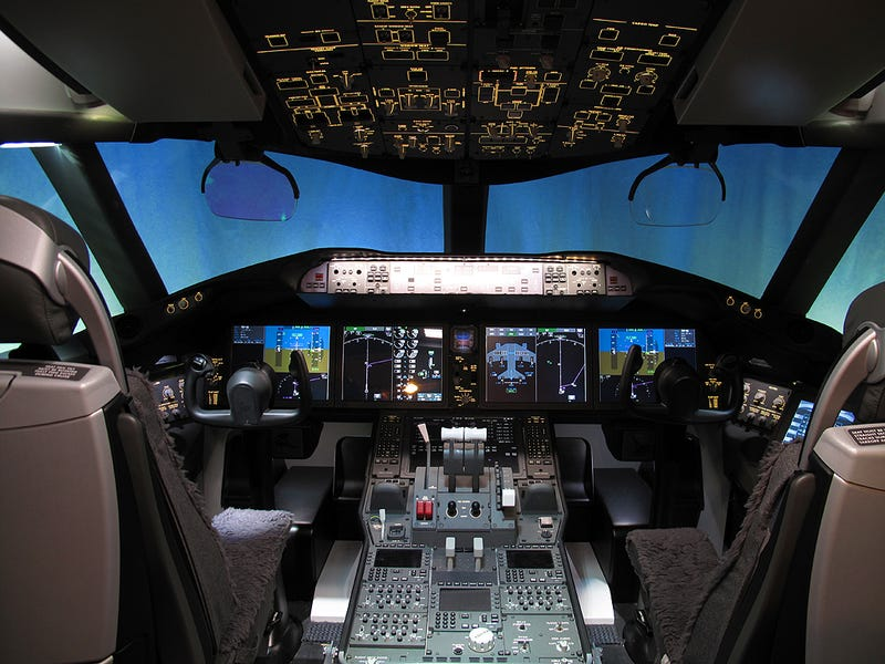 Illustration for article titled Boeing 787 Dreamliner Shows Us Its Cockpit, Takes Inaugural Flight