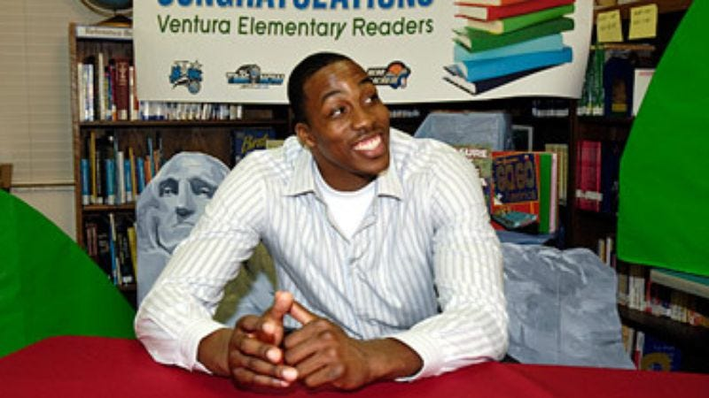 Illustration for article titled Dwight Howard Teaches Children At Library To Shoot Books Into Garbage Can