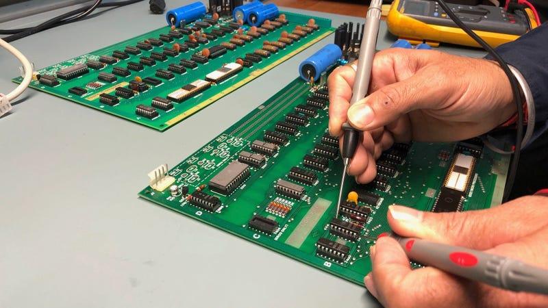 Jimmy sa snaží oživiť najstarší počítač Apple ešte z roku 1976 - svetapple.sk