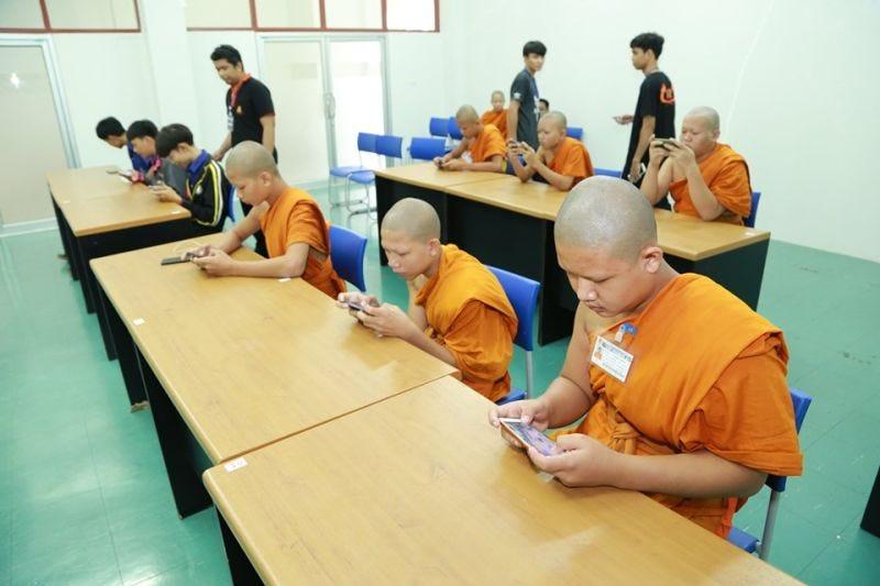 Un grupo de budistas participa en un torneo de eSports
