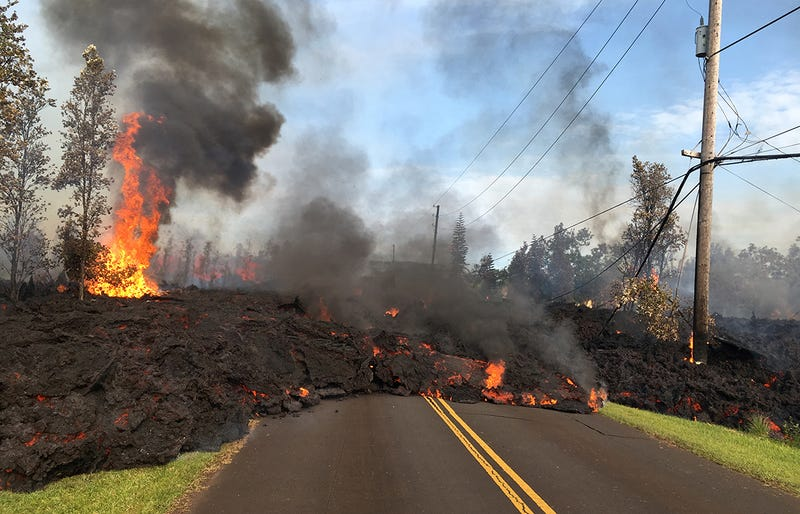 La lava el Kilauea avanza sobre una carretera en Leilani Estates