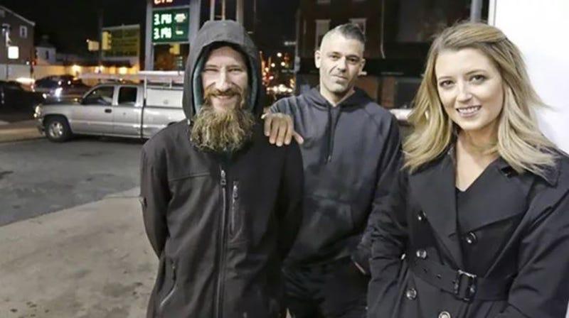 Illustration for article titled Emosido engañado: la pareja que recaudó $400.000 en GoFundMe para un mendigo estaba compinchada con él