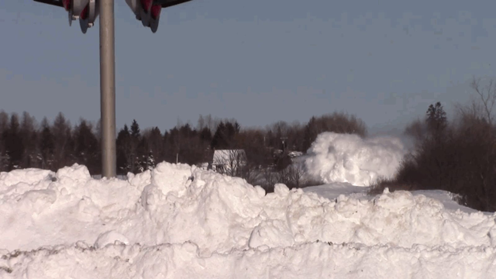 El espectacular paso a través de la nieve de un tren en Canadá