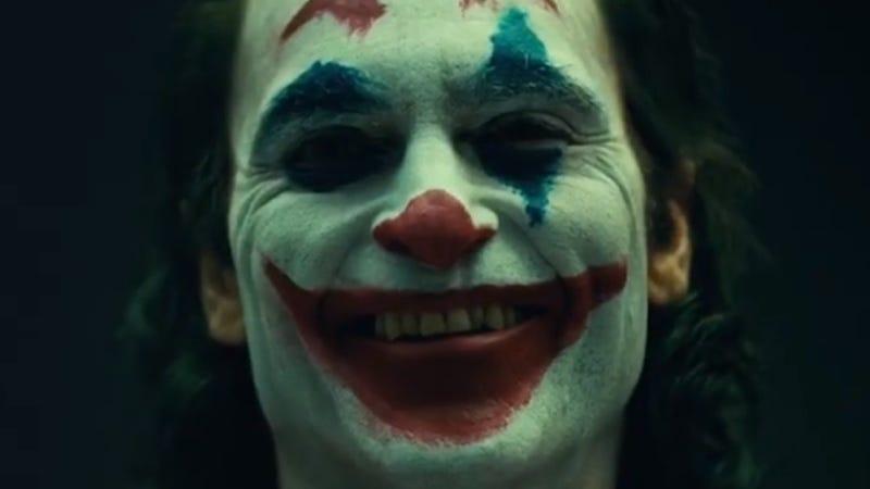 Illustration for article titled Aquí tienes un primer vistazo al Joker de Joaquin Phoenix (maquillaje y sonrisa turbia incluidos)