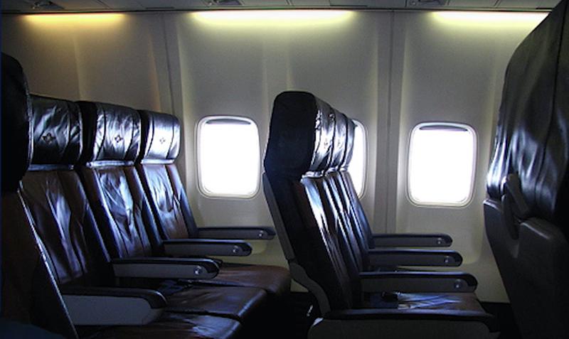 Porque las ventanas y asientos del avión no están alineados?