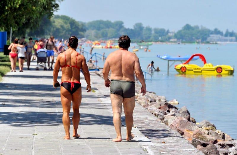 Illustration for article titled A nyár legjobb képe a bikinis nőről és a pocakos férfiról