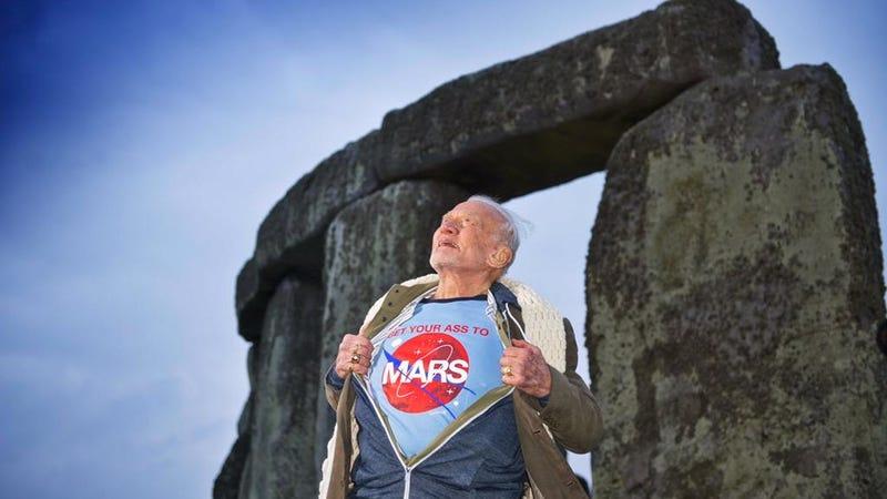 """Buzz Aldrin con una camiseta que pone """"moved el culo hasta Marte"""""""