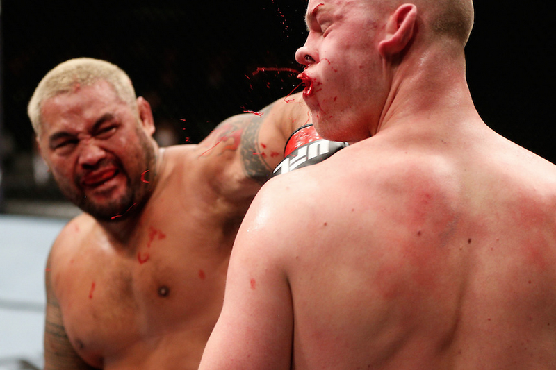 Illustration for article titled This Fantastic Photo Captures The Moment A UFC Fighter Breaks His Opponent's Jaw