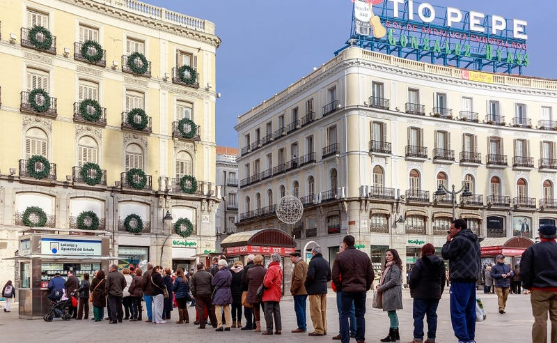 Cola en la Puerta del Sol (Madrid) para adquirir billetes de la lotería de Navidad
