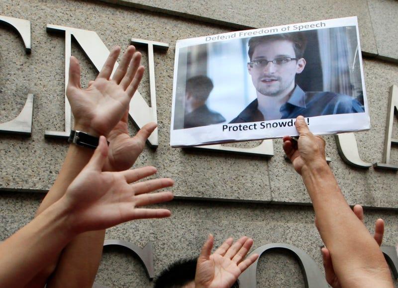 Illustration for article titled Edward Snowden rompe su silencio, pide asilo a 21 países