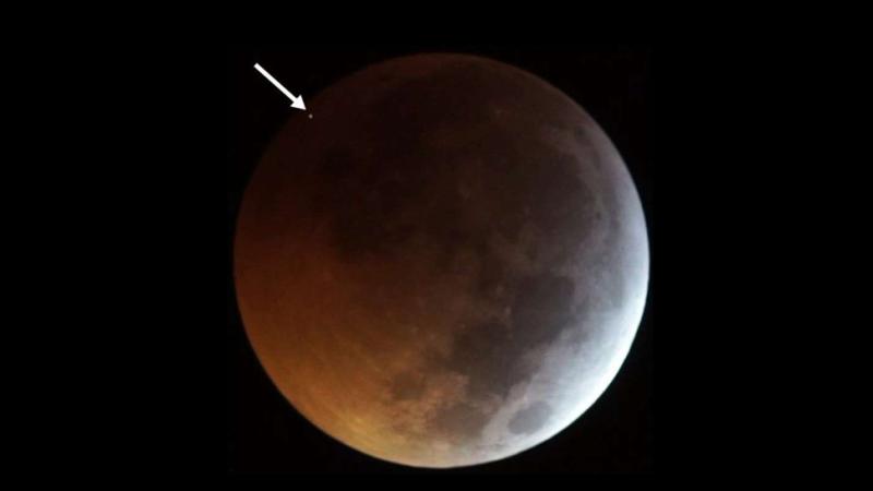 Illustration for article titled El meteorito que impactó en la Luna en el último eclipse lunar creó un punto tan caliente como el Sol