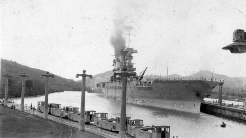 El USS Lexington en el canal de Panamá en 1928. (Imagen: SDASM Archives/Flickr)