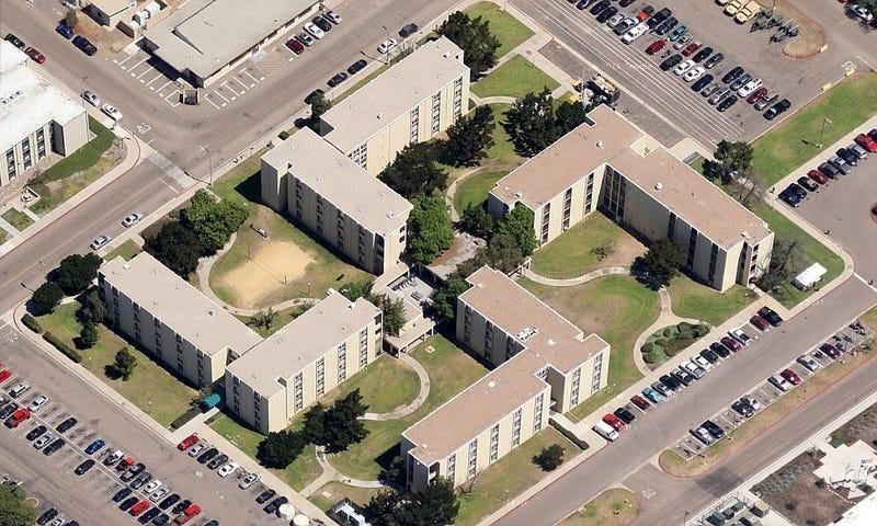 Illustration for article titled El arquitecto de este edificio de la Marina de EE.UU. nunca tuvo en cuenta las imágenes por satélite o Google Maps