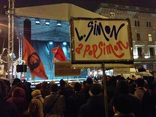 Illustration for article titled Gyűlnek a tüntetők az Operaháznál
