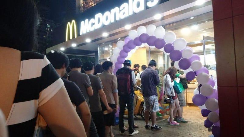 La cola de un McDonald's en Corea del Sur cuando sacaron juguetes de Nintendo con el menú infantil. Imagen: sjlayla